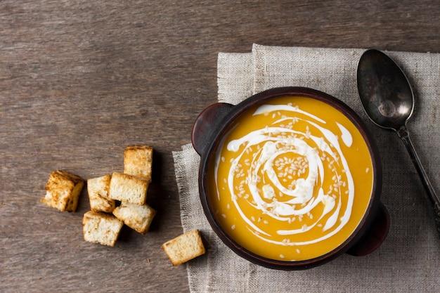 Sopa de abóbora com creme e sementes de gergelim com croutons