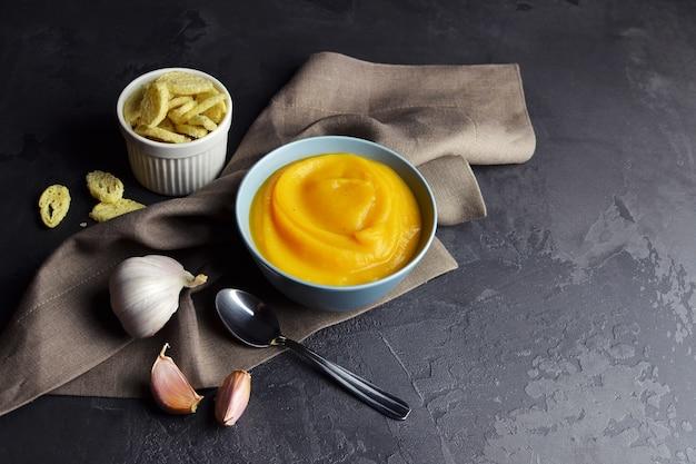 Sopa de abóbora com croutons e alho fresco