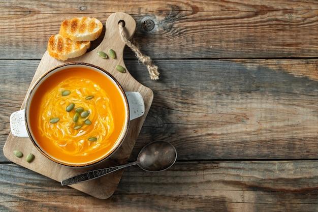 Sopa de abóbora com croutons e creme.