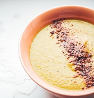 Sopa de abóbora com especiarias para uma dieta saudável, serviço de entrega de comida e conceito de pedido online