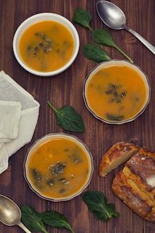 Sopa de abóbora com espinafre e pão de milho