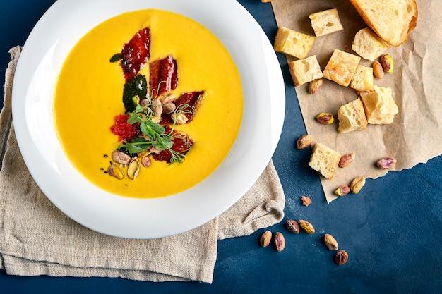 Sopa de abóbora com frango e pistache