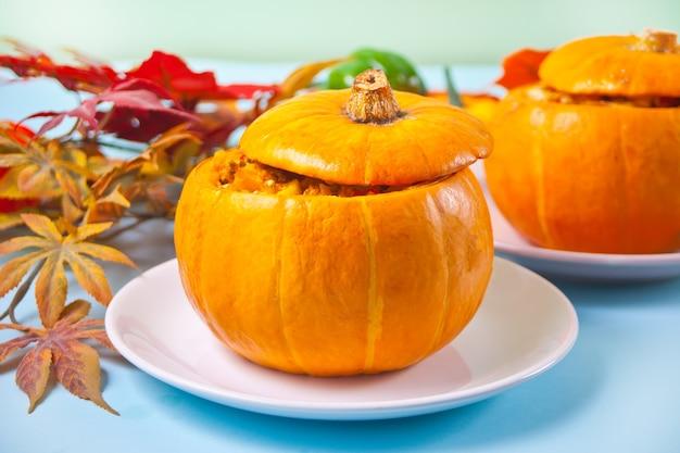 Sopa de abóbora cozida fresca servida em uma abóbora. abóbora recheada. comida quente e aconchegante de outono