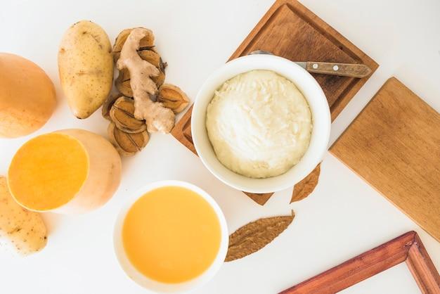 Sopa de abóbora e purê de batata em tigelas