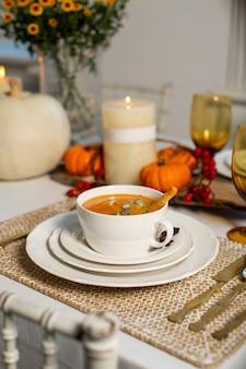 Sopa de abóbora em cima da mesa