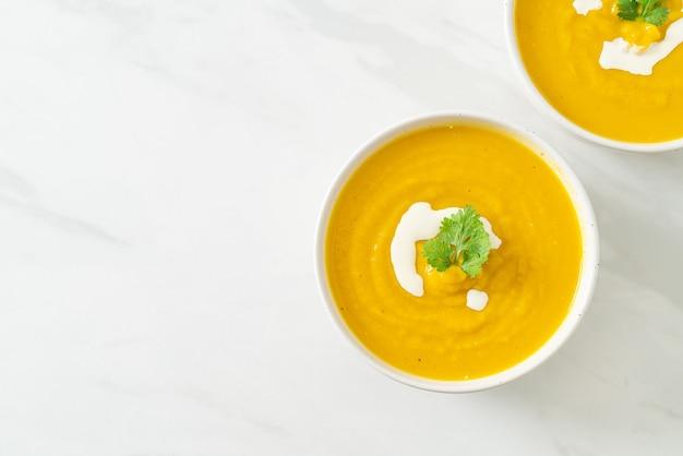 Sopa de abóbora em tigela branca - estilo de comida vegetariana e vegana