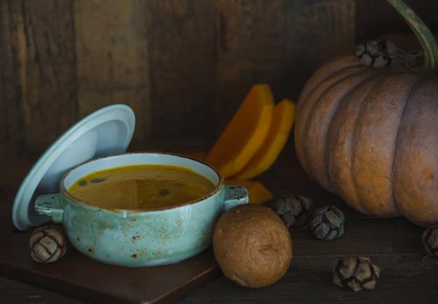 Sopa de abóbora em uma panela branca