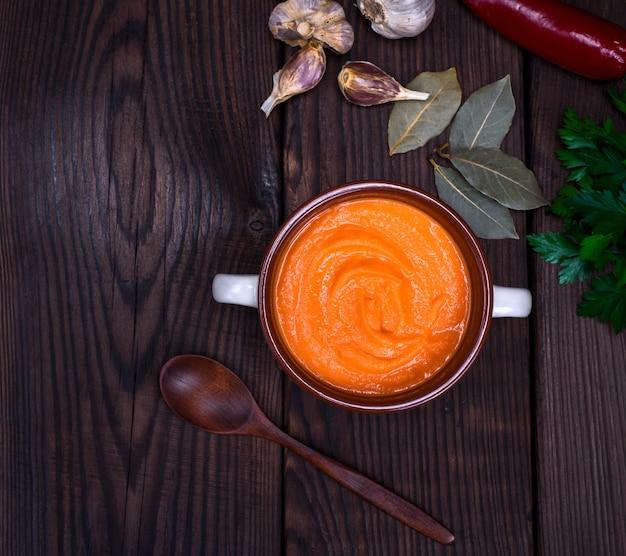 Sopa de abóbora fresca em uma placa de cerâmica