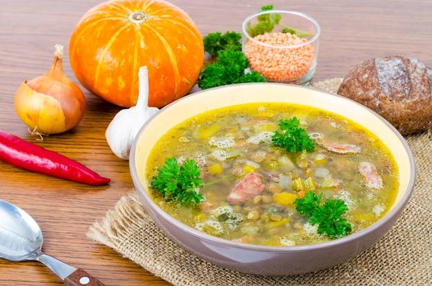 Sopa de abóbora, lentilha e salsicha.