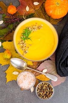Sopa de abóbora quente de folhas secas de outono.