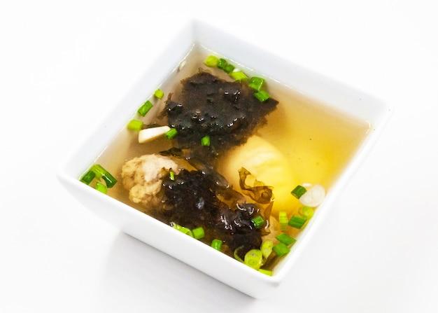Sopa de algas com tofu e carne de porco picada