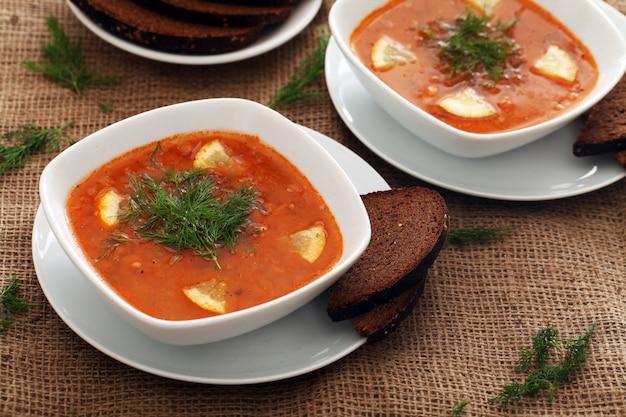 Sopa de beterraba e pão de centeio