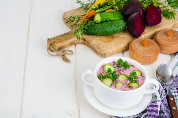 Sopa de beterraba fria com pepinos. foto de estúdio