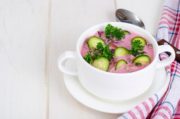 Sopa de beterraba fria com pepinos