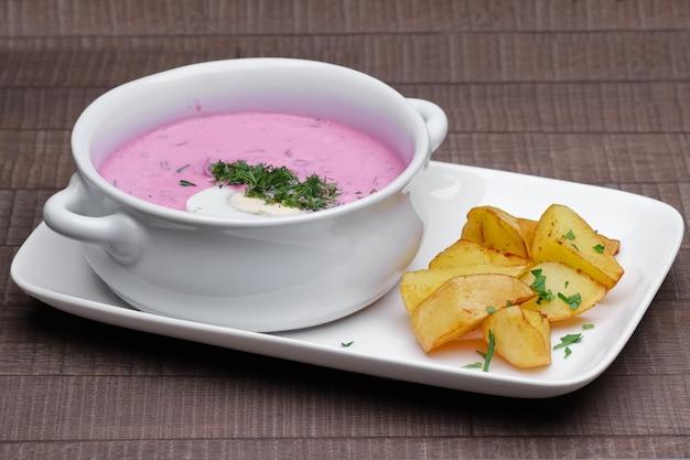 Sopa de beterraba fria russa tradicional com batata frita