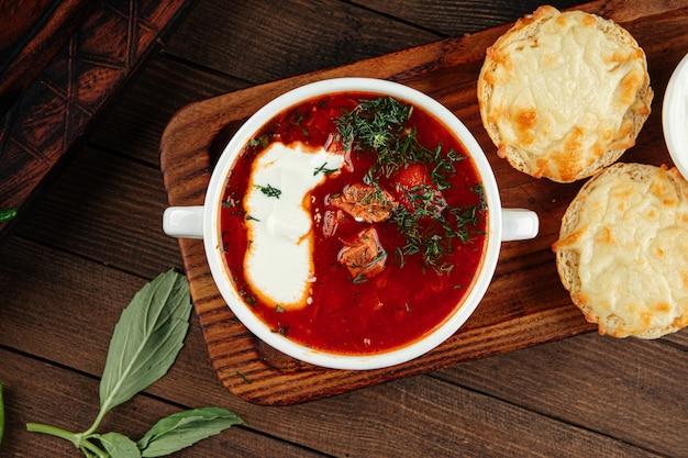 Sopa de beterraba russa borscht com creme de leite