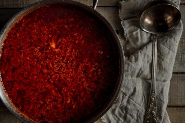 Sopa de beterraba russa tradicional recém-cozida em uma panela