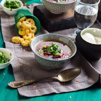 Sopa de beterraba servida em taças no guardanapo