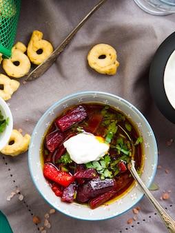 Sopa de beterraba servida em tigelas em guardanapo. almoço com prato vegetariano leve