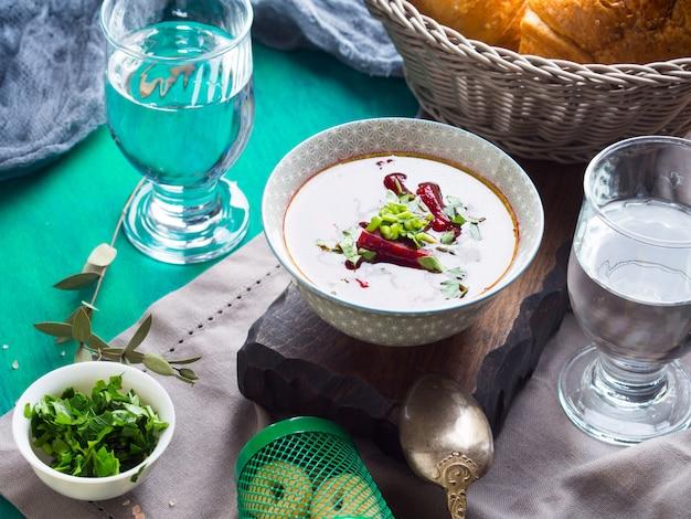 Sopa de beterraba servida em tigelas em guardanapo