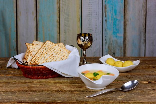 Sopa de bola delicioso matzoh com símbolos de pesach passover