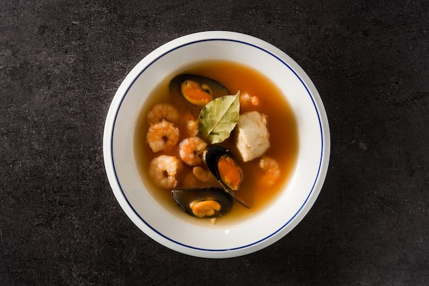 Sopa de bouillabaisse francês em preto