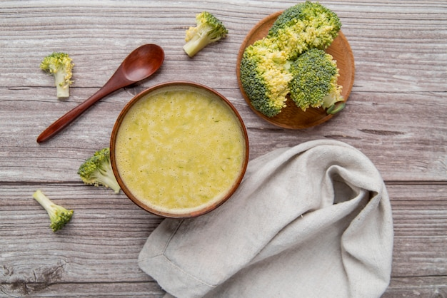 Sopa de brócolis caseiro fresco vista superior