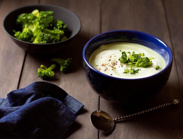 Sopa de brócolis, comida de inverno e elegante pano azul