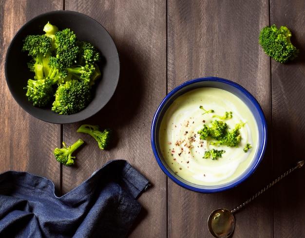 Sopa de brócolis, comida de inverno, vista superior