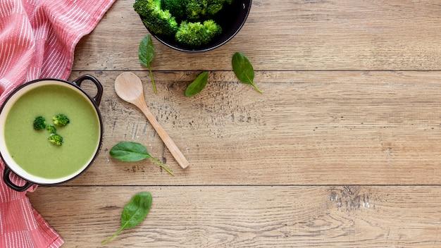 Sopa de brócolis de legumes em fundo de madeira