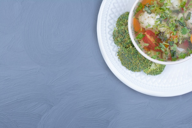 Sopa de brócolis verde em caldo com legumes