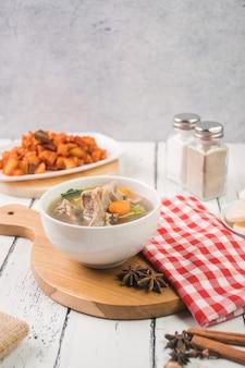 Sopa de cabra e molho de batata em um prato prato indonésio