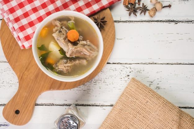 Sopa de cabra na tigela é culinária da indonésia
