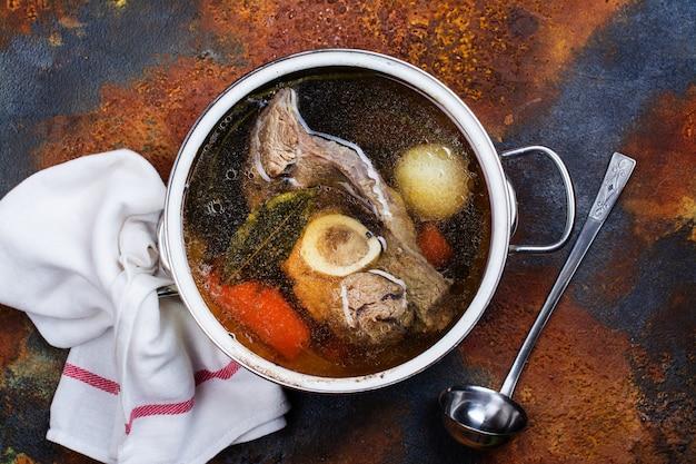 Sopa de caldo em uma panela