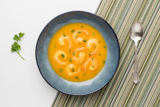 Sopa de camarão brasileiro acima da vista