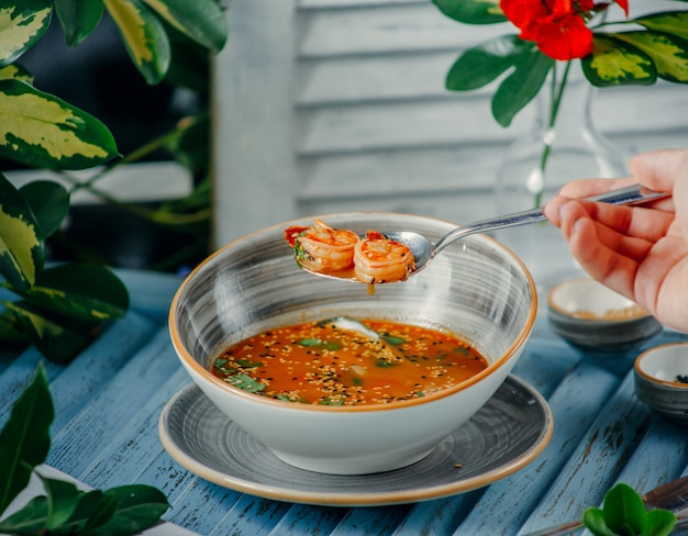 Sopa de camarão em cima da mesa