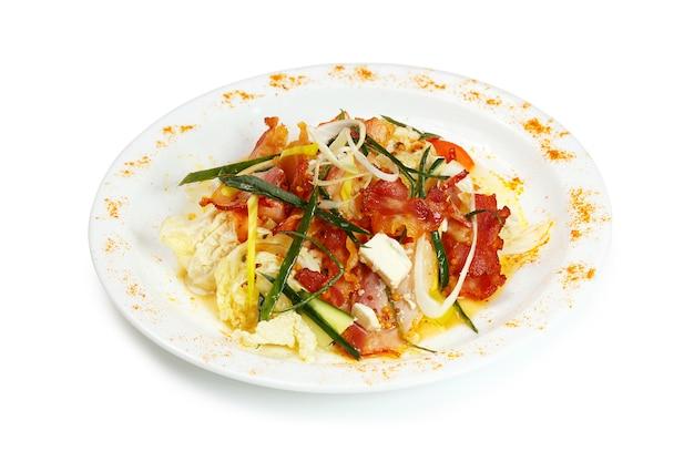 Sopa de camarão picante com leite de coco, limão e frutos do mar