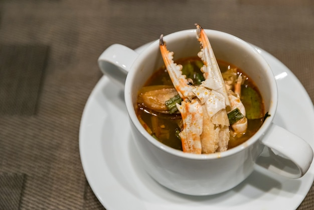 Sopa de caranguejo tom yum