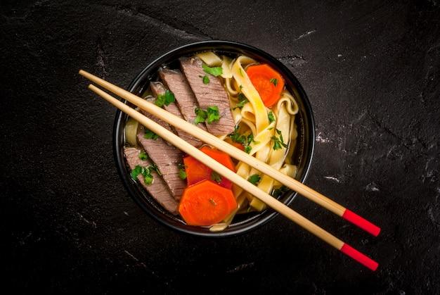 Sopa de carne com macarrão no estilo asiático