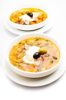 Sopa de carne russa com pepinos em conserva - solyanka