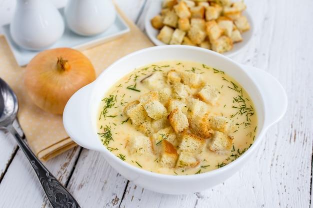 Sopa de cebola com queijo