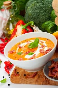Sopa de cenoura com creme de pimenta doce com bacon