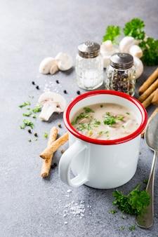 Sopa de champignon de cogumelos caseiros