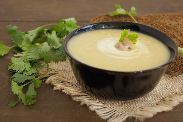 Sopa de cogumelo caseiro da dieta em uma tabela de madeira.