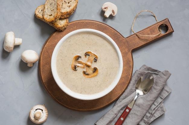 Sopa de cogumelos champignon,