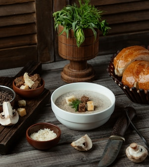 Sopa de cogumelos com bolachas brancas e marrons