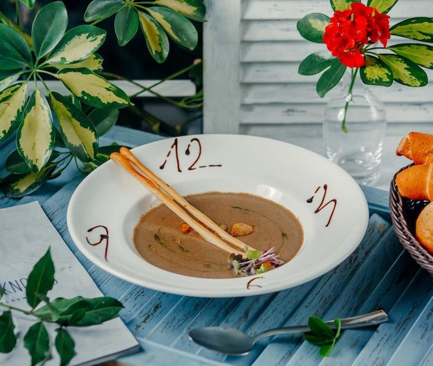 Sopa de cogumelos com números em cima da mesa