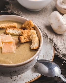 Sopa de cogumelos com torradas e queijo. fechar-se