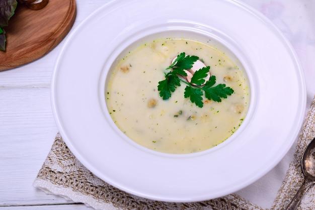 Sopa de cogumelos em um prato redondo branco