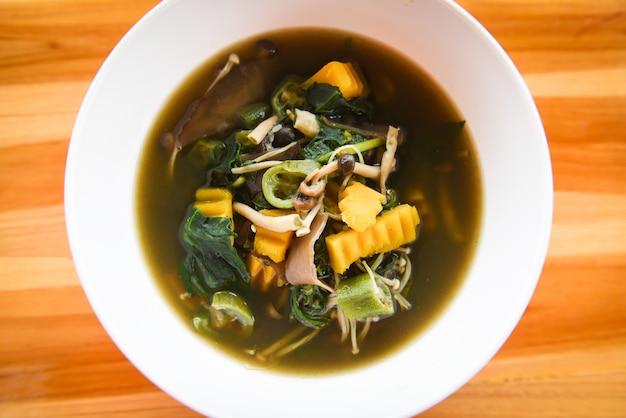 Sopa de cogumelos ervas e especiarias ingredientes